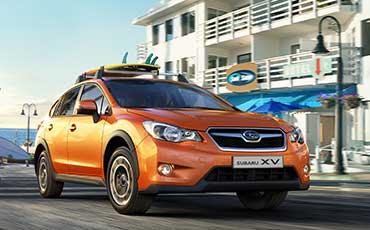 Subaru med surfbräda på taket
